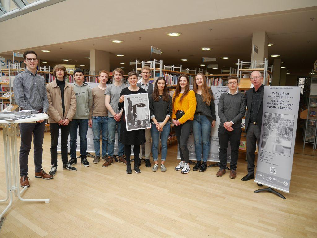 Das P-Seminar bei der Übergabe der Flyer und QR-Tafeln in der Würzburger Stadtbibliothek / Foto: Manfred Ullrich