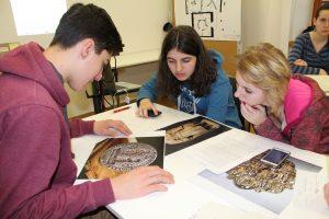 Recherche zu Ausstellungsobjekten, Foto: Stiftung Zuhören