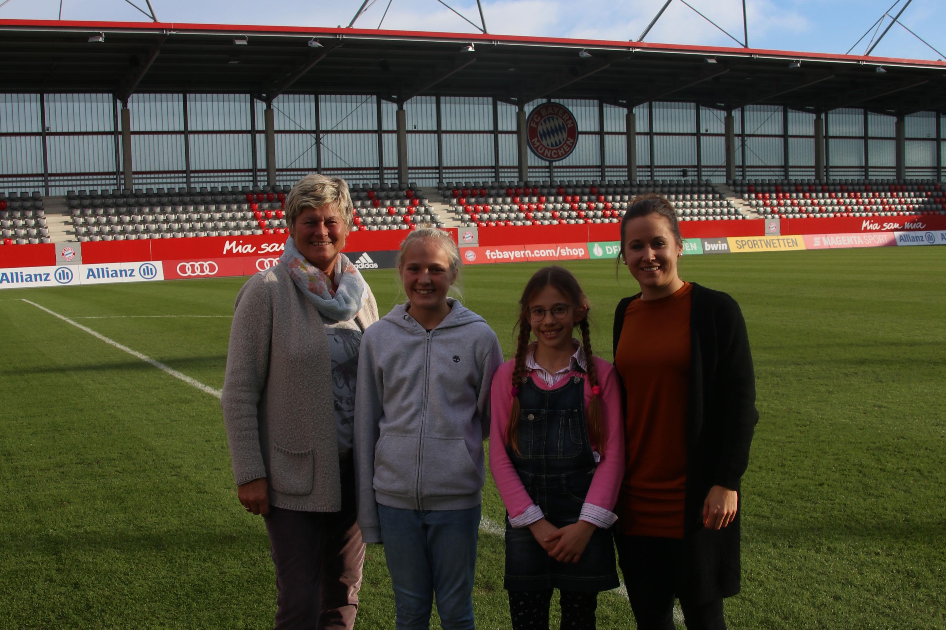v.l.n.r.: Managerin Karin Danner, Schülerinnen Teresa und Juliana, Spielerin Nicole Rolser / Foto: Schmidt-Wellenburg