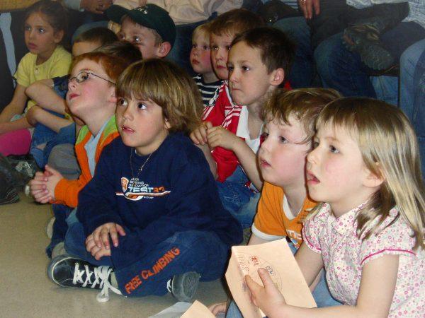 Ohren spitzen: Kinder hören gespannt zu.