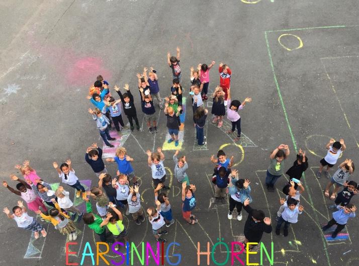 Gruppe von Kindern winken nach oben in die Kamera