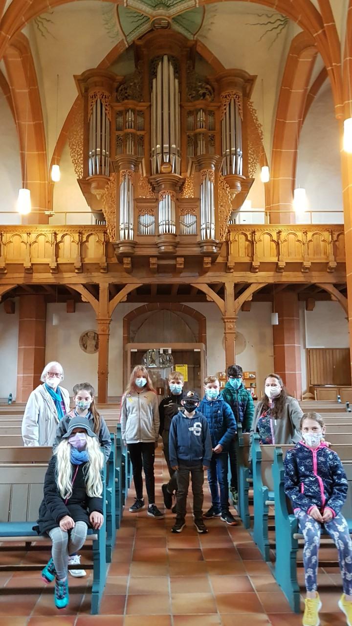Gruppe von Kindern vor einer Orgel in einer Kirche