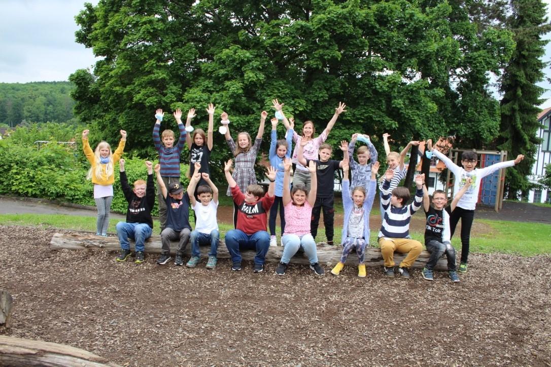 Gruppenfoto Schülerinnen und Schüler der Klasse 4 der Hugo-Buderus-Schule, Hirzenhain