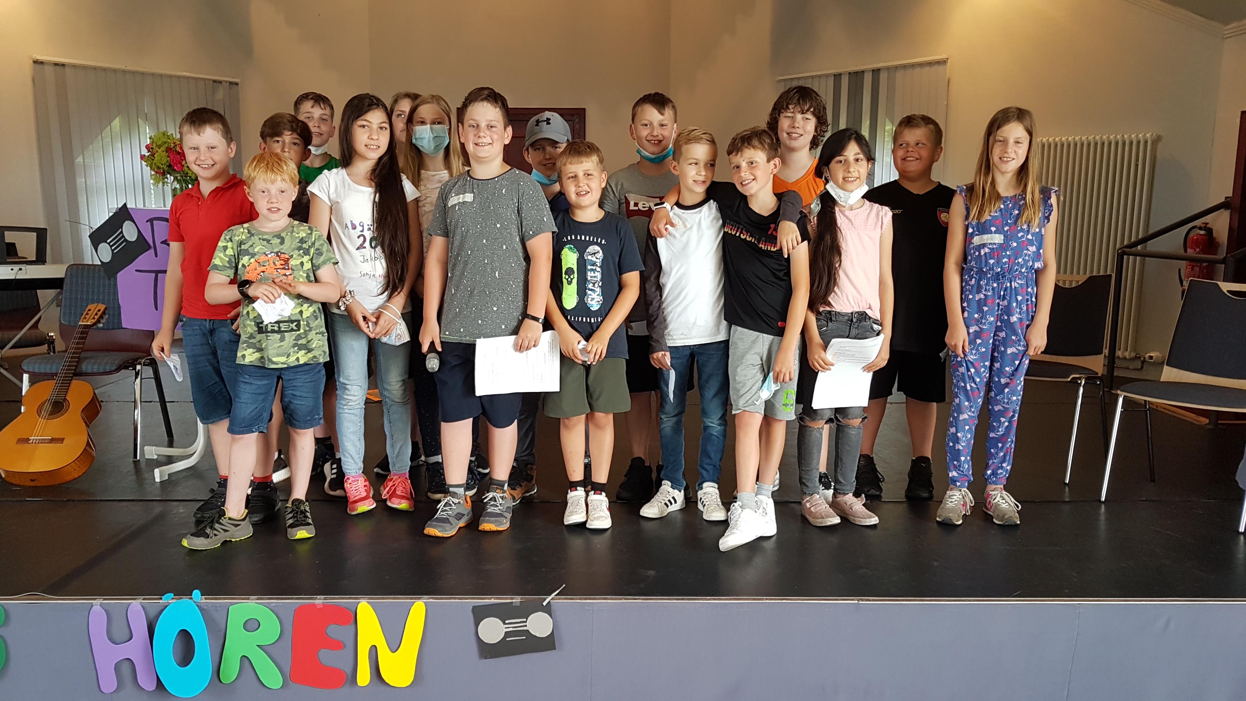 Gruppe von Kindern auf der Bühne