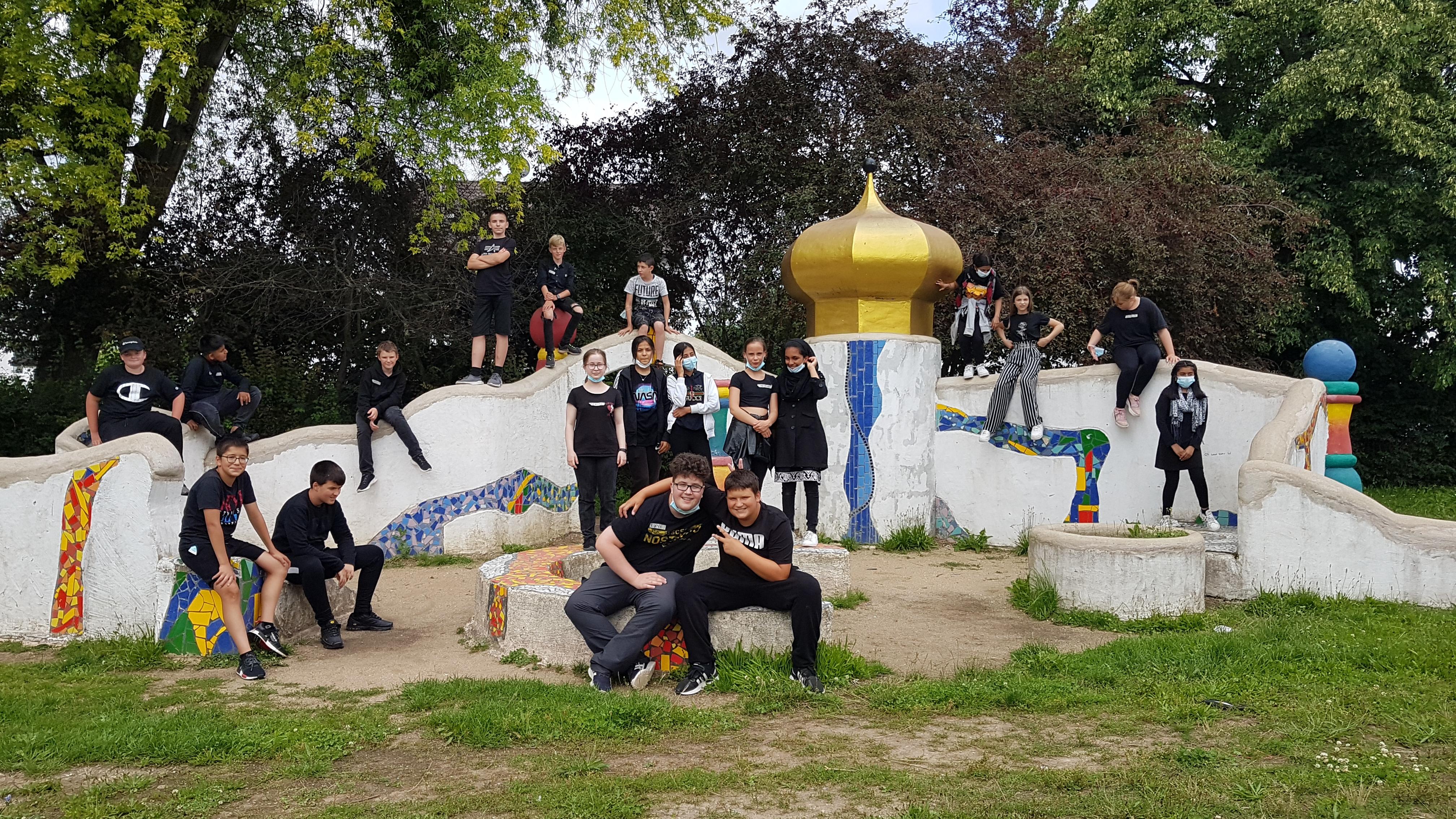 Mehrere Jugendliche auf Gruppenfoto