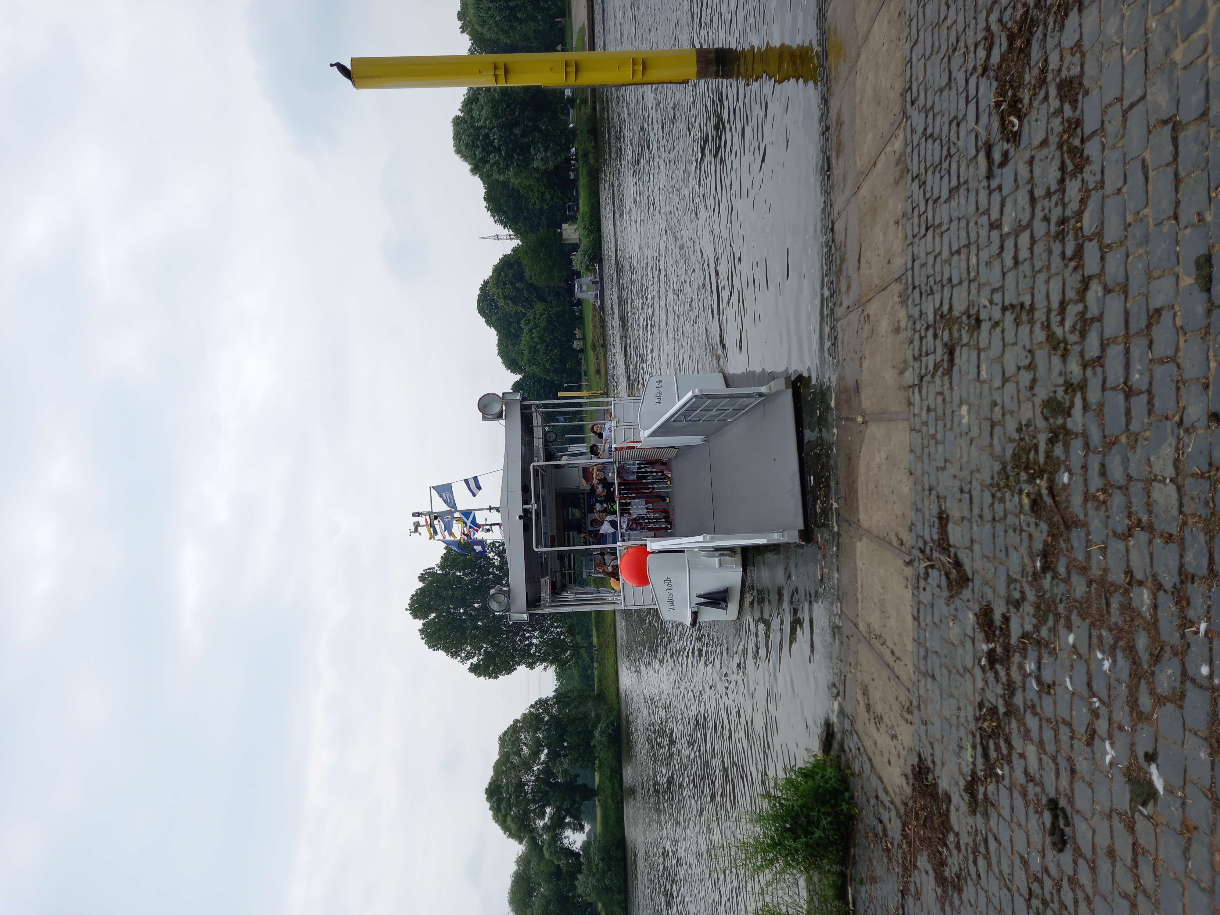 Fähre beim Ablegen am Fluss
