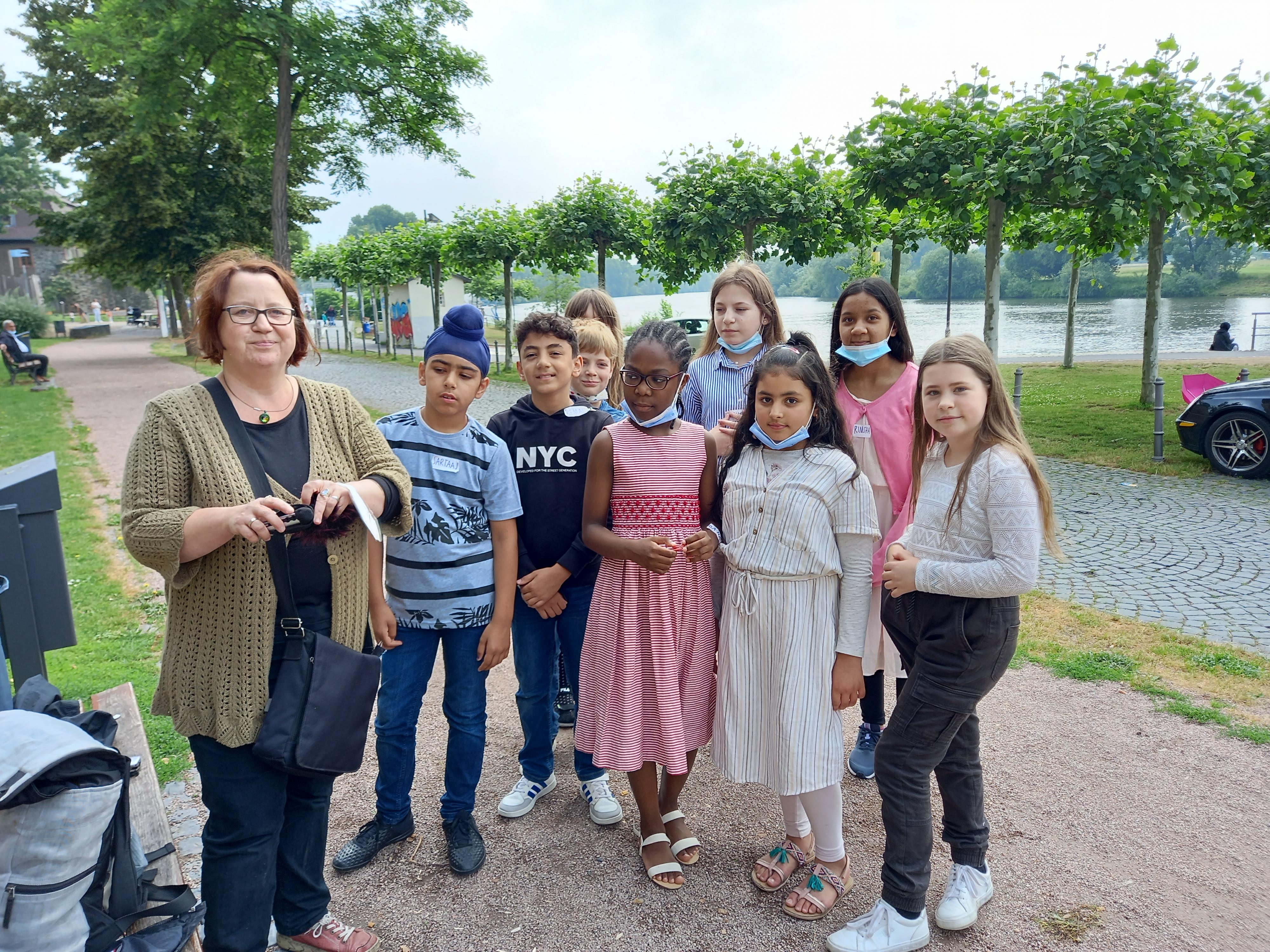 Gruppe von Schülerinnen, Schülern und Lehrerin