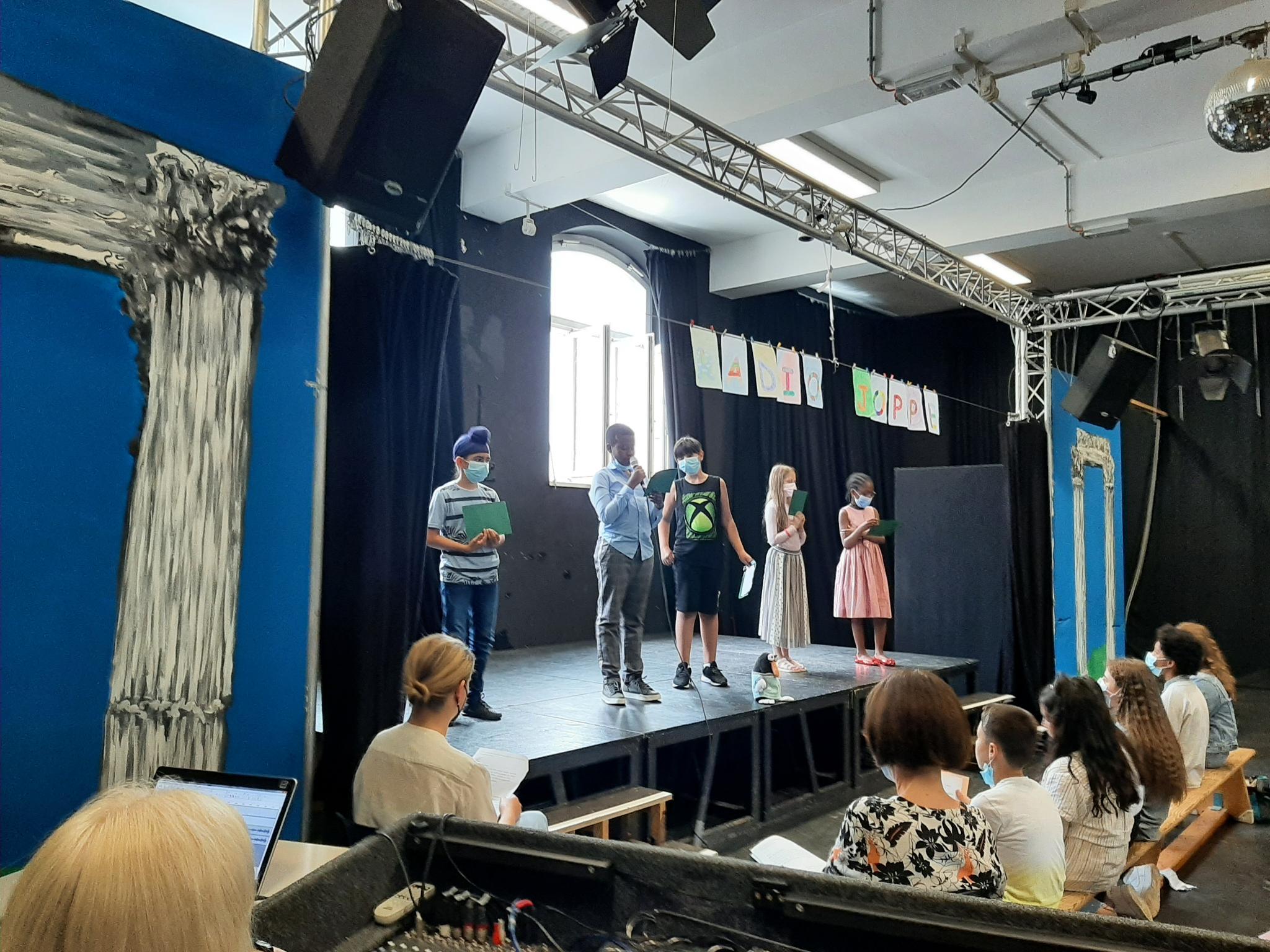 Schülerinnen und Schüler auf der Bühne