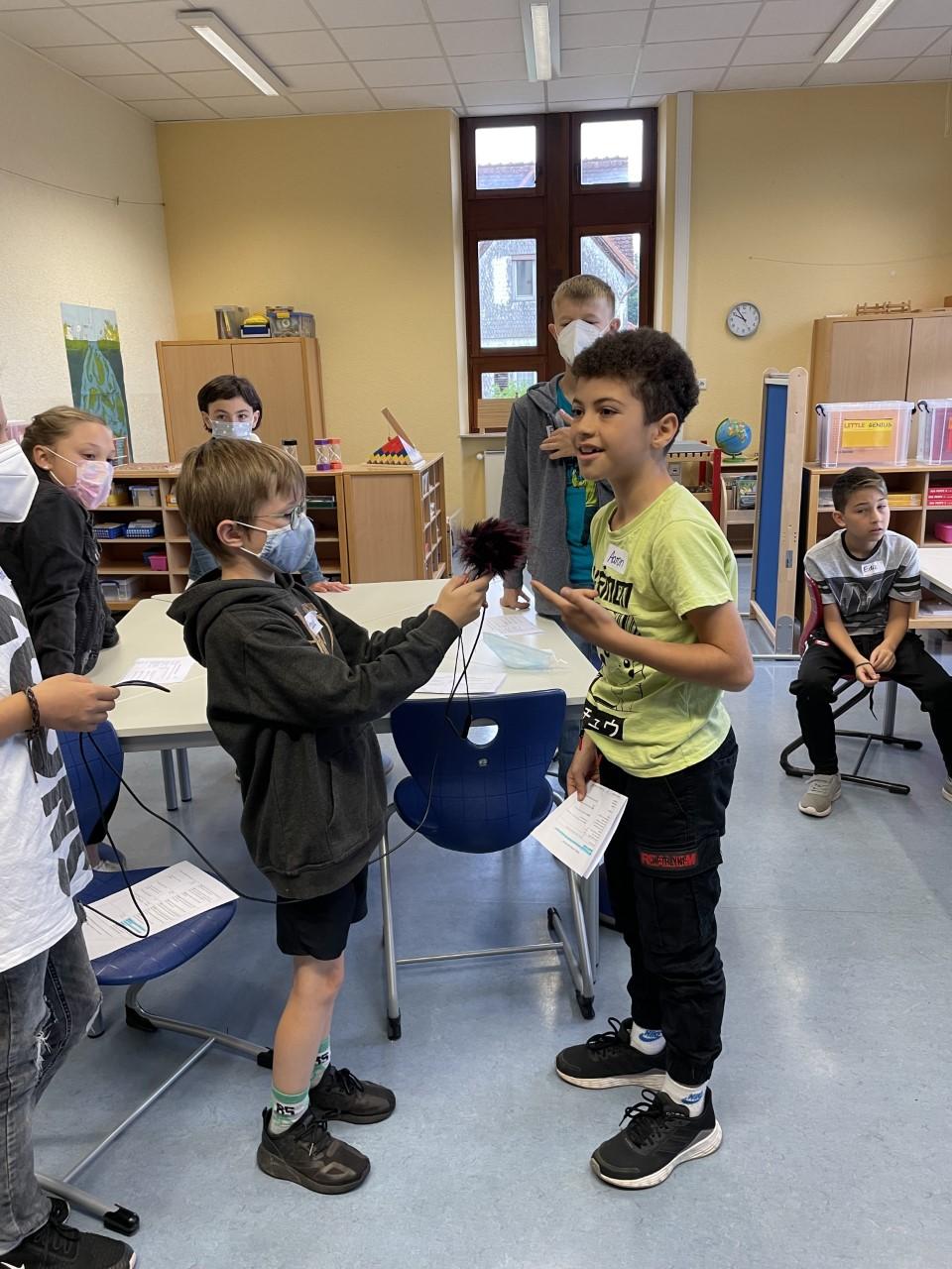Kinder mit Mikrofon bei Audioaufnahmen