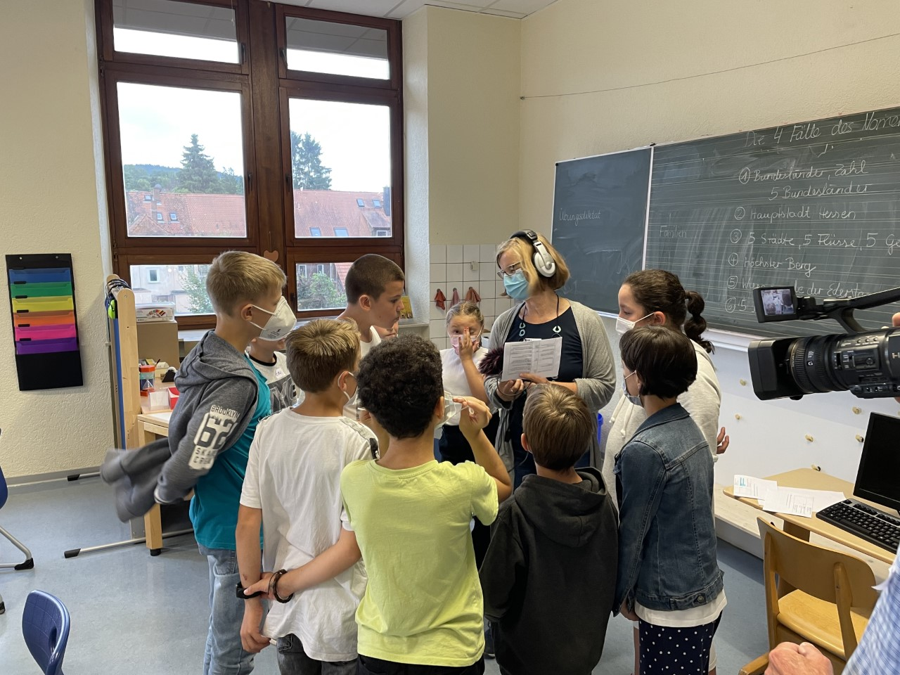 Gruppe von Kindern bei Audio-Aufnahmen