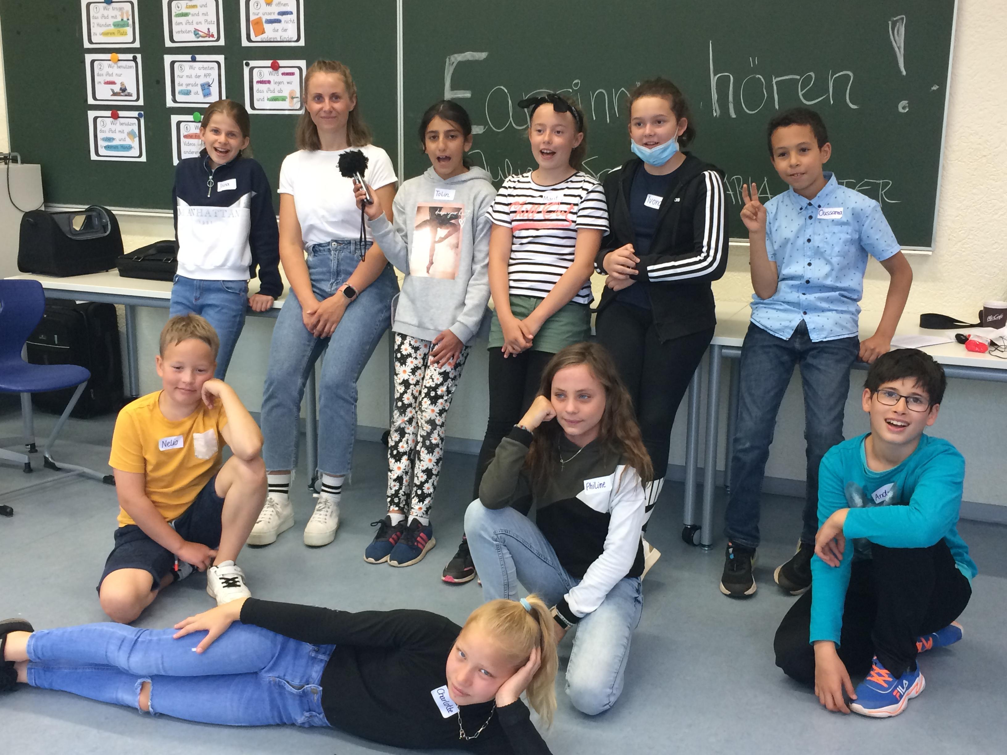 Gruppenfoto Schülerinnen und Schüler vor Schultafel